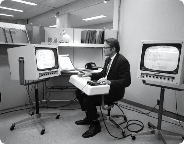 """На фото: Уильям Инглиш демонстрирует первую """"мышь"""", США, 1968 год."""