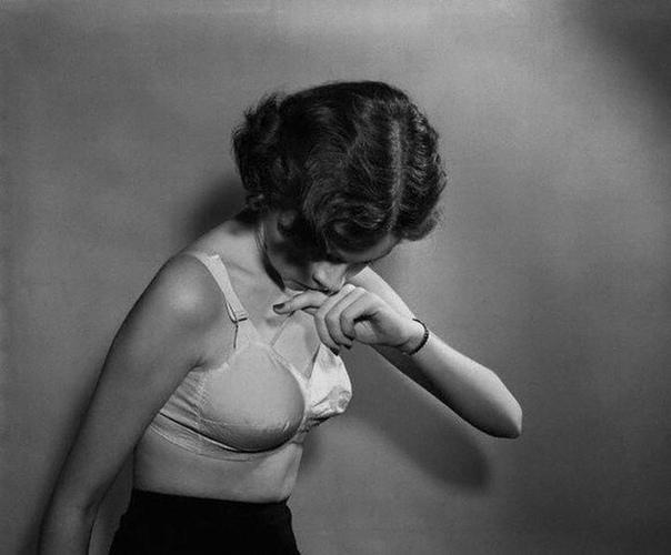 Надуй мне грудь, немедленно! В Америке в 50-х годах эталоном красоты считались пышнотелые дамы с шикарным бюстом. Худышкам приходилось изобретать самые невероятные способы, чтобы добавить к