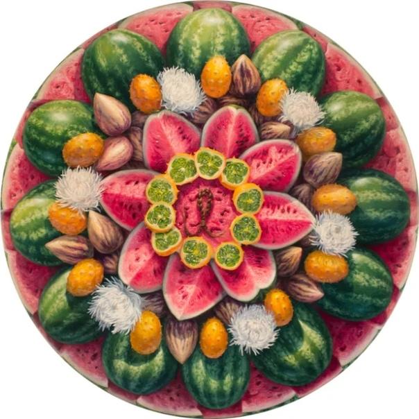 Алонса Гевара-художник из Нью - Йорка Она родилась в 1986 году в Ранкагуа, Чили. Ее картины стирают грань между фантазией и реальностью, одновременно прославляя связь между человечеством и