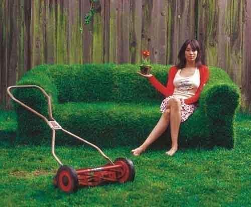Диван на лужайке.