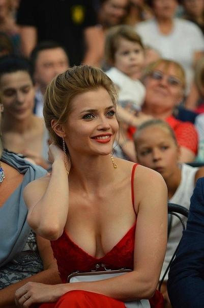 31-летнюю актрису, известную по своей роли в сериале «Универ» прозвали девушкой-ангелом из-за внешности, которая многим кажется самым настоящим