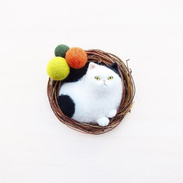 Японская мастерица Mao, известная под ником mosscat25, посвятила свои дни созданию войлочных котиков, преимущественно брошей Так замечательно передавать кошачьи эмоции автору помогает наблюдение