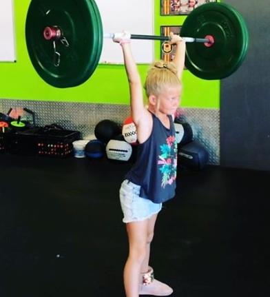 Пользователи боятся за жизнь 7-летней девочки, которая тренируется вместе с мамой и поднимает 43 кг Следить за здоровьем стоит начинать с самого детства, а кто может помочь в этом лучше, чем