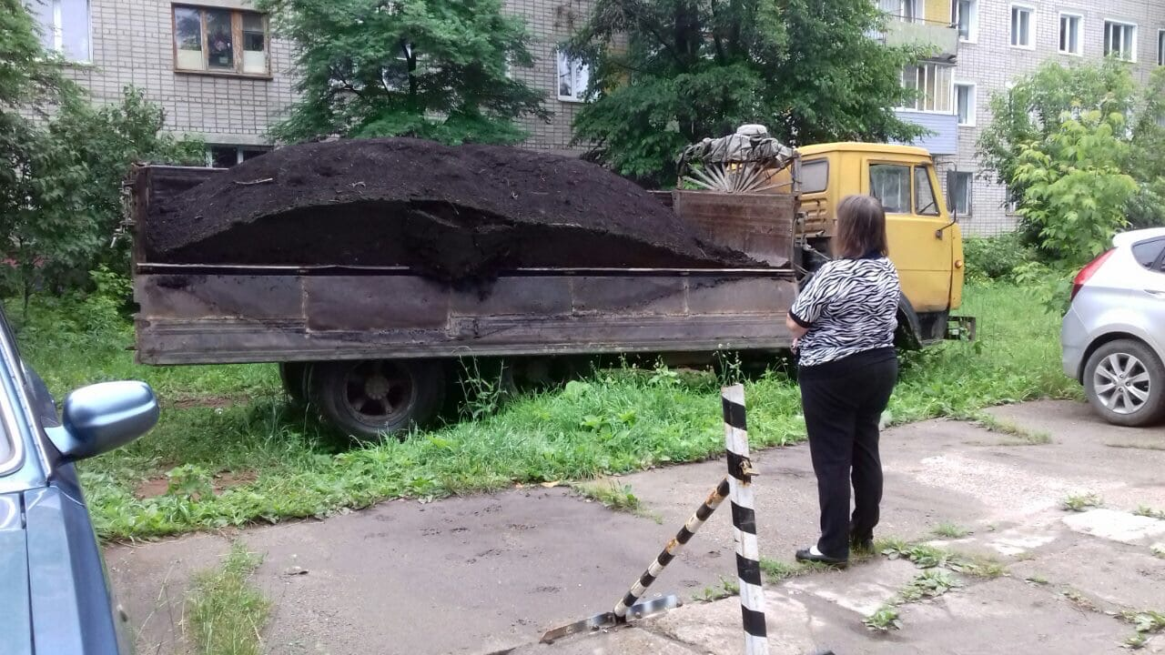 Ул. Московская, 173. Завоз торфа.
