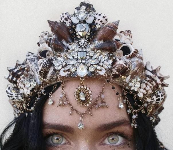 Короны от Челси Шилс. Основная тематика головных уборов Челси морская. Эта корона идеально подошла бы сказочной героине. И даже не Русалочке, а какой-нибудь Ундине или Сирене. Хочу отметить
